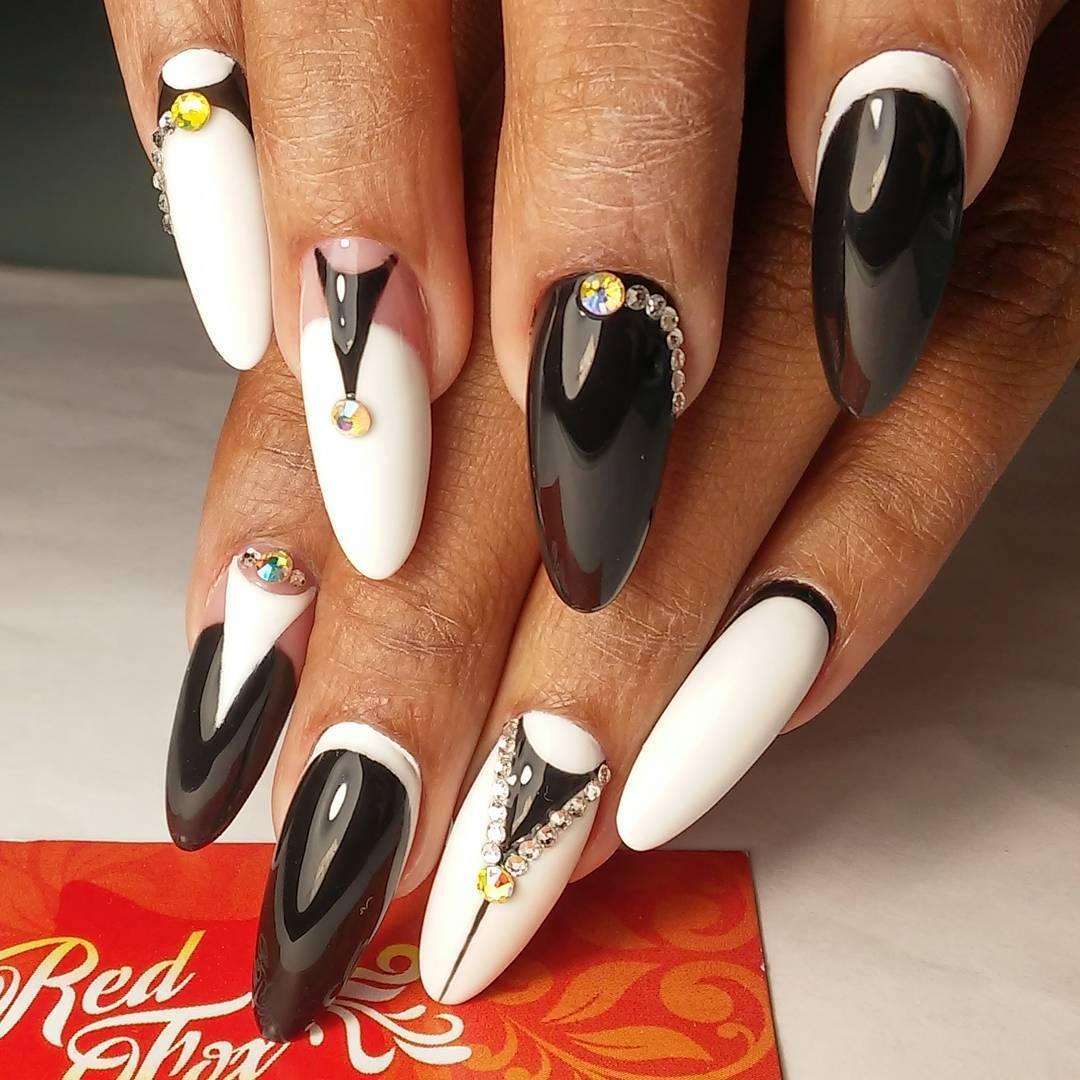 Естественный цвет ногтевой пластины и эффектная кромка по краю ногтя.