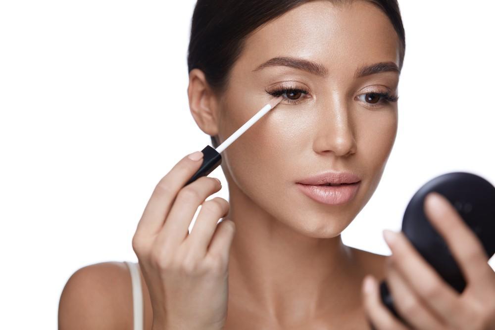 Для маскировки дефектов следует выбирать косметическое средство с легкой матовой текстурой.